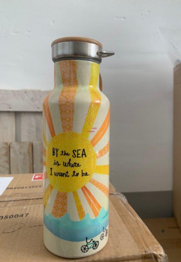 traveler bottle met een zonnetje erop en de tekst: by the sea is were i want to be. met houten deksel met handvat