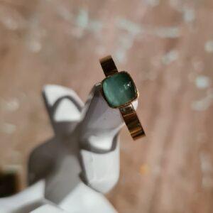 gouden ring met vierkante steen labradoriet. kleur is groen