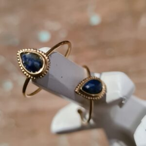 gouden ring met druppelvormige steen lapis in de kleur blauw
