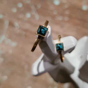 gouden ring met vierkante steen turkoois