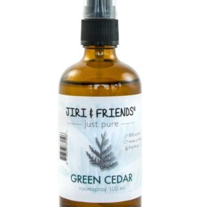 bruin flesje met spray met daarop een etiket met naam green cedar