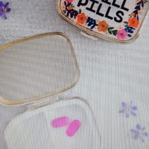 klein gouden doosje met bloemetjes en de tekst chill pills