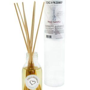 doorzichtig flesje met label met daarop palo santo met stokjes erin die de geur verstuiven