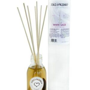 doorzichtig flesje met label met daarop witte salie met stokjes erin die de geur verstuiven