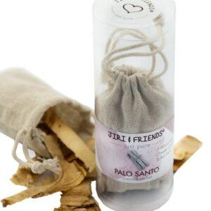 jute zakje met daarin palo santo hout en daarbij een kokertje met daarin een jute zakje waar flesje olie inzit