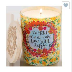 glas met daarin een geurkaars met daarop0 in gekleurde bloemen en tekst do more of what makesyour soul happy