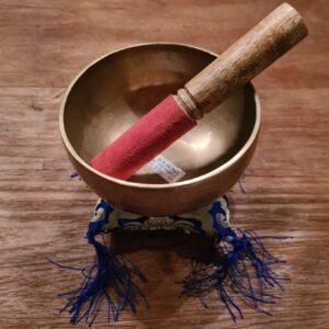 mooie klankschaal de wa gouden kleur met aars met goud/blauwe kussentje en aanstrijkhout