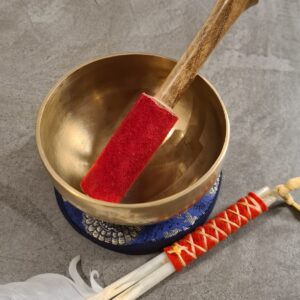 mooie tibetaanse klankschaal gouden kleur met goud blauw kussentje en aanstrijkhout