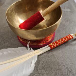 mooie klankschaal de wa gouden kleur met aars met goud rood kussentje en aanstrijkhout
