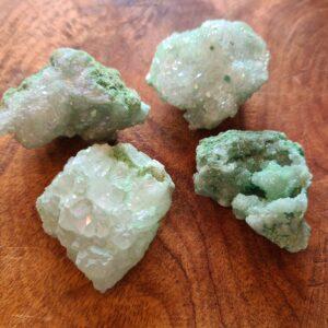mooie robuuste steen in de kleur groen met veel glitter