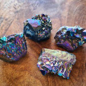 robuuste steen in regenboogkleuren