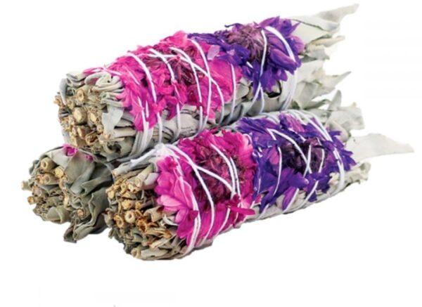 prachtige gebundelde witte salie met roze en paarse bloemen