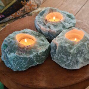 groene steen nog helemaal ruw in de kleur groen met kaarsje erin