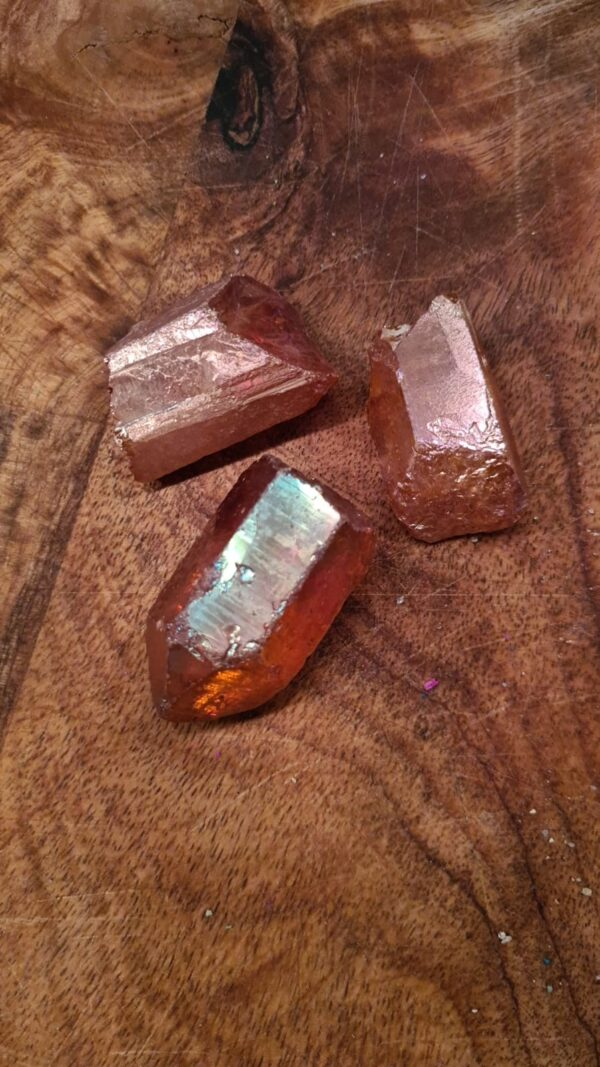 kleine bruinige regenboogachtige stenen