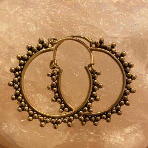 ronde goude oorbellen met driehoekspuntjes