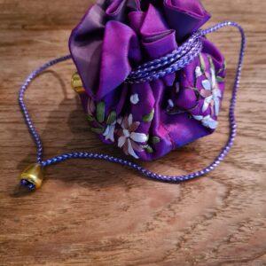 Edelsteen buidel in de kleur paars met mooie afwerkingen