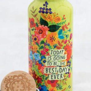travel bottle met kleurijke bloemen en limoen kleurige achterfrond de tekst: today is going to be the best day ever