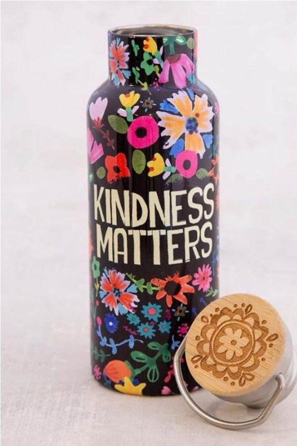 zwarte travel bottle met allerlei kleurrijke bloemen en de tekst: kindness matters