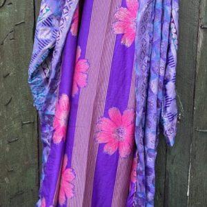 super mooie lange paarse kimono in de kleur paars met roze bloemen