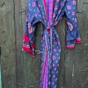super mooie lange kimono in de kleur paars met rood met barok print