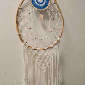 druppelvormige dromenvanger met witte sliertjes met daaraan veertjes in de bovenkant stukje gehaakt in de kleur blauw