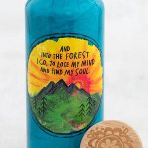 super mooie travel bottle met allerlei kleurrijke bloemen en de tekst: and into the forrest i go to lose my mind and find my soul