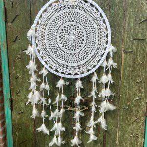 prachtige witte ronde dromenvanger met wit gehaakt binnenwerk met aan de onderkant veertjes en witte kralen