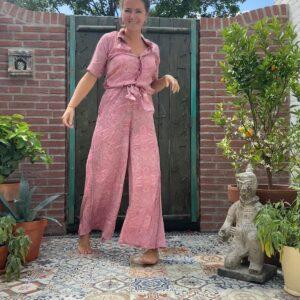 super mooi jumsuit in de kleur roze met barok print met wijde pijpen en kraagje. elastiek in de taille met ceintuur