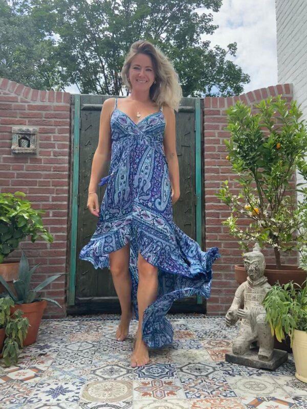 prachtige lange jurk met spgahetti bandjes lachter langer dan voor en barok printje in de kleur blauw met lichtblauw en roze