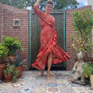 mooie lange rode jurk met barok print. achter langer dan voor met ruffels en wikkelsysteem