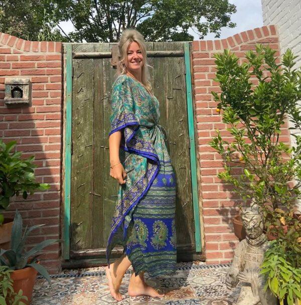 mooie lange blauw groene kaftan met strikkoord. barok print