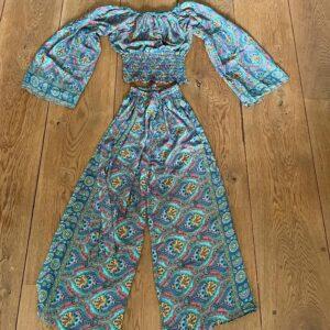 2delig pak, broek en blouse met barok print in de kleur jade. lange mouwen en elastiek onderaan de top