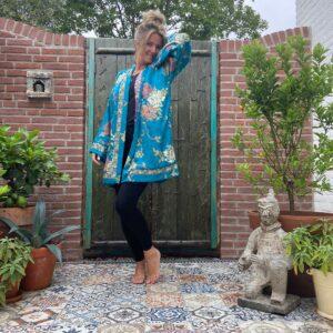 korte zijden kimono in de kleuren blauw en paars met creme kleurige bloemen. dubbelzijdig te dragen