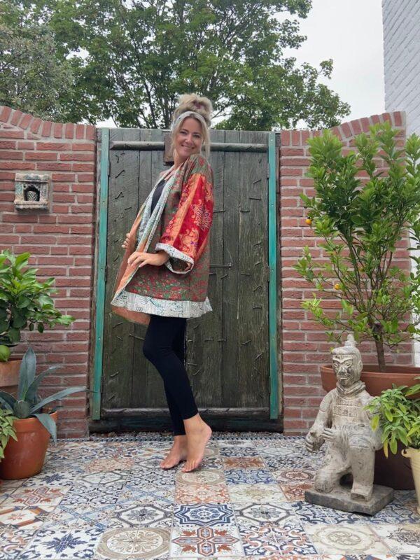 korte zijden kimono in de kleuren rood groen oranje en zilver