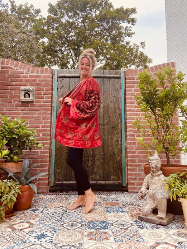 korte rode kimono met strikceintuur