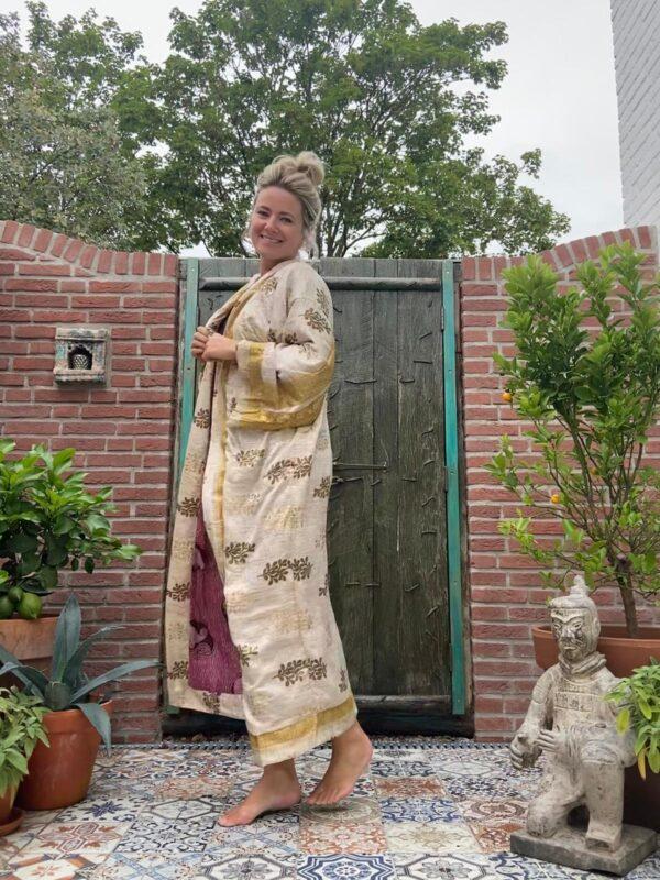 lange zijden kimono in de kleur goud met aan de binnenkant paarse aubergine kleur