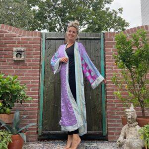 lange kimono in nde kleur lucht blauw en aan de binnenkan blauw met paars