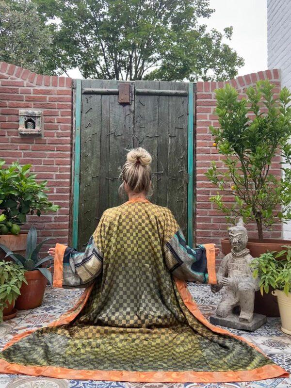 lange zijden kimono in de kleur groen blauw en peach/oanje met wijde vlindermouwen