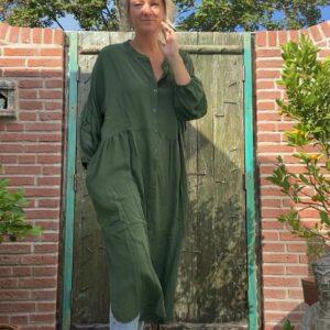 prachtige lange jurk in de kleur groen met knoopjes en elastieken mouwen