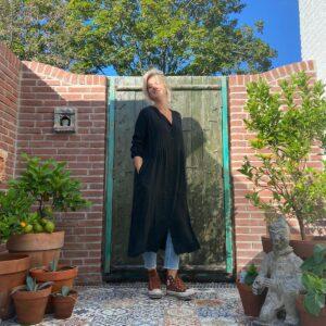 prachtige lange zwarte jurk met knoopjes en elastieken mouwen